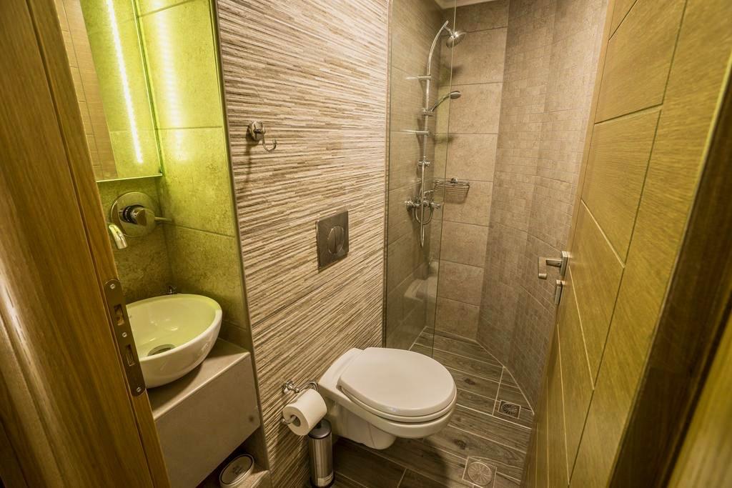 WC und Dusche des kleinsten Zimmers des 11City Hotels Chania