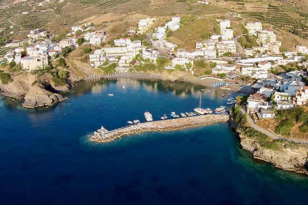 Luftaufnahme vom Hafen von Bali auf Kreta