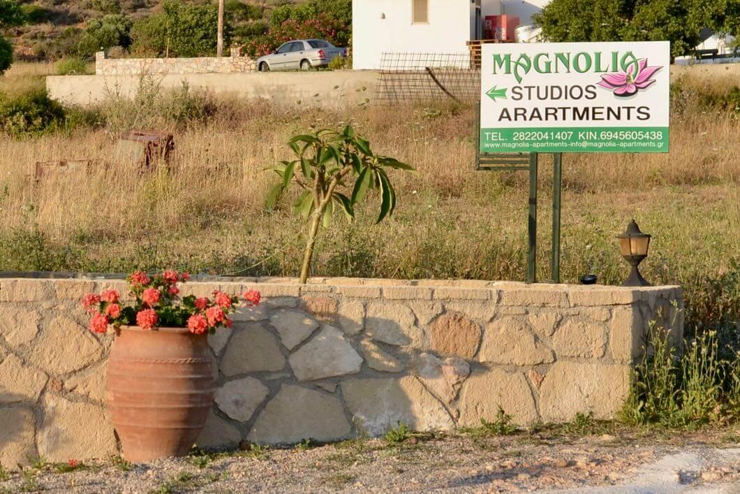 Dieses Schild zeigt den Weg zu den Magnolia Apartment.