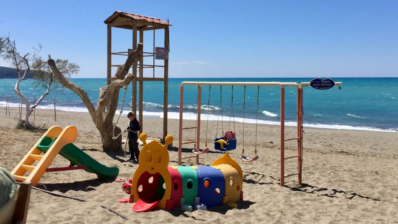 Spielplatz am Strand von Kalamaki