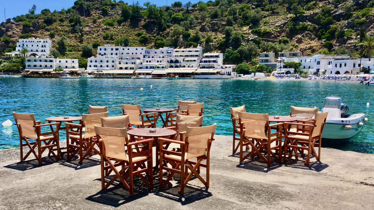Tische und Stühle in Loutro. Fotografiert bei der Kreta Rundreise.