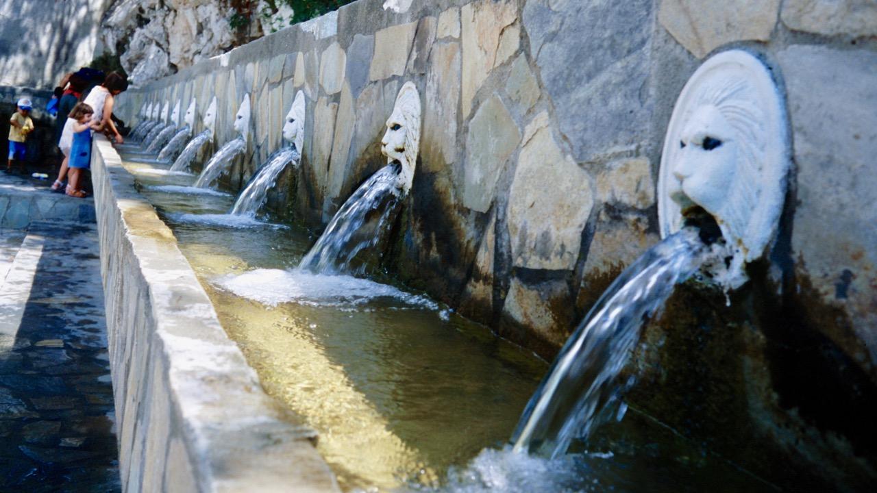 Löwenkopf Brunnen in Spili