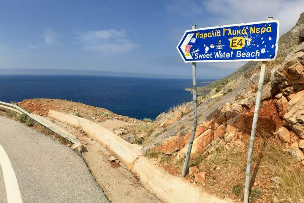 Schild weist den Weg zum Sweet Water Beach