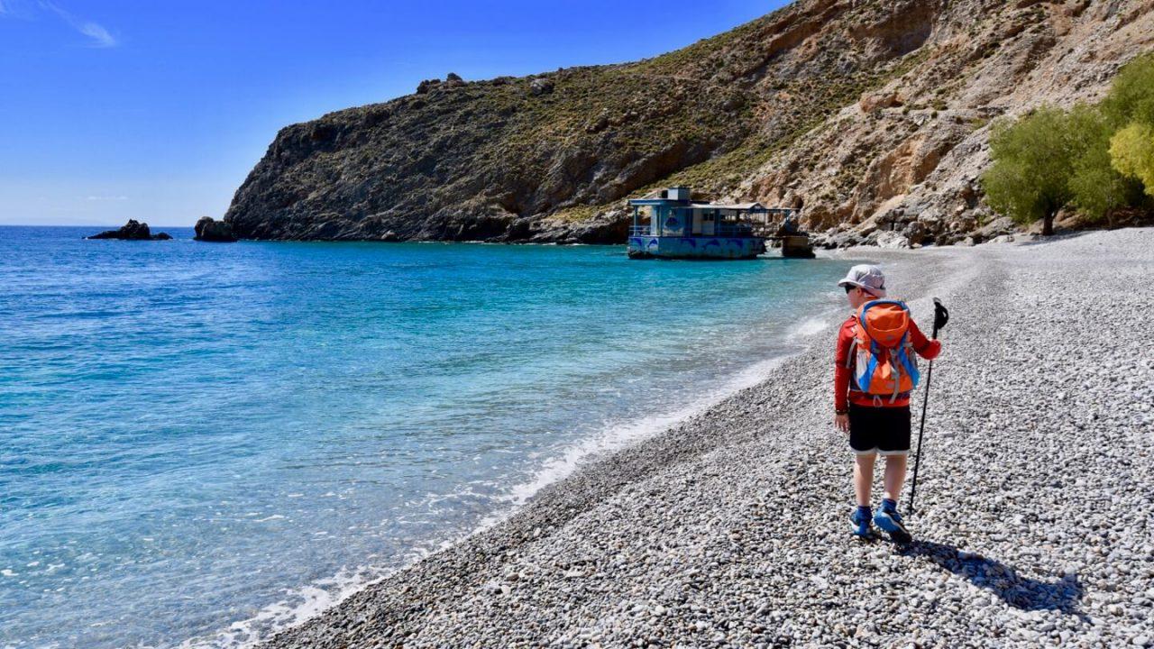 Junge am Sweet Water Beach, der in seinem Kreta Urlaub wandert