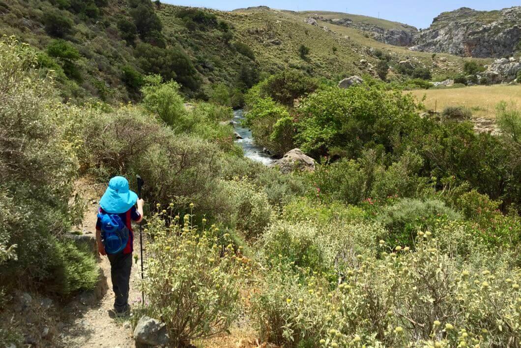 Bei einer Wanderung lässt sich Kreta mit Kindern besonders gut entdecken.